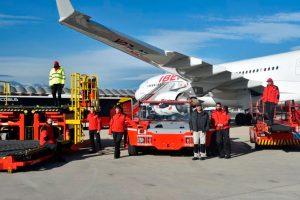 Iberia presenta los nuevos uniformes de su personal de handling