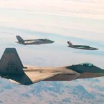 La USAF del futuro: Primer vuelo del XQ-58A con el F-22 y el F-35