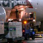 American Airlines transporta su primer envío de vacuna COVID-19