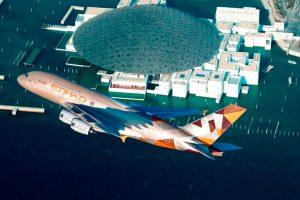Un A380 de Etihad hace un vuelo de exhibición por la inauguración del Louvre Abu Dhabi