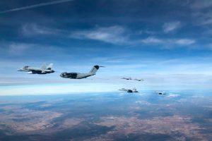 Un A400M reposta seis cazas F-18 en un solo vuelo