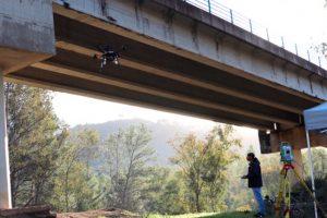 El primer robot aéreo del mundo especializado en la inspección de puentes con un brazo articulado realiza su primer vuelo
