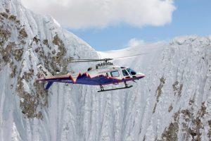El helicóptero AW119Kx junto al alpinista Simone Moro en Nepal
