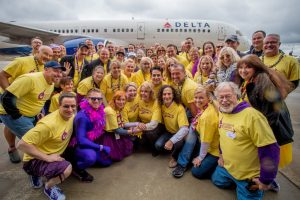 Delta recauda fondos en 100 aeropuertos para combatir el cáncer