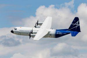 Primer vuelo del carguero comercial LM-100J de Lockheed Martin