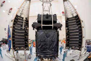 El satélite de advertencia de misiles SBIRS GEO Flight-4 de la USAF encapsulado para su lanzamiento