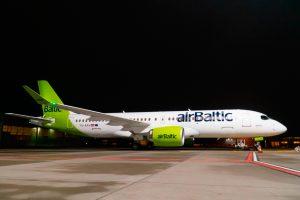 A220 de airBaltic de noche