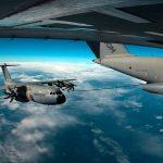Un A400M reabastece en vuelo a otro A400M
