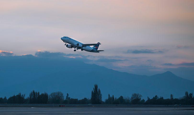 avión, latam, despegando