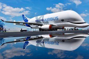 El BelugaXL sale del taller de pintura con una decoración que emula una ballena beluga