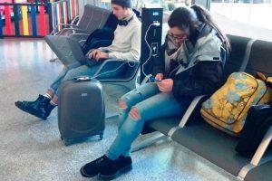 El Aeropuerto de Málaga-Costa del Sol estrena 10 postes cargadores con enchufes y puertos 'usb'