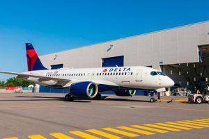 El primer A220-100 de Delta Air Lines sale del hangar de pintura de Mirabel