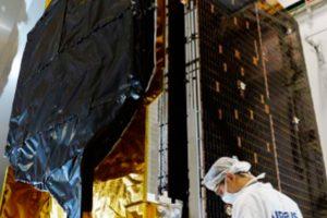El satélite de comunicaciones EchoStar 105/SES-11 de camino a la base de lanzamiento