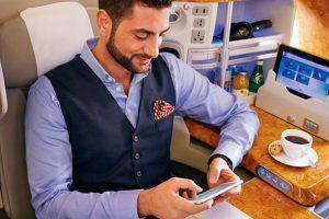 Emirates celebra 10 años de conectividad móvil a bordo