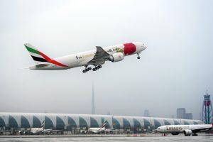 El Boeing 777-F de Emirates que luce una rosa roja en su fuselaje en Barcelona por Sant Jordi