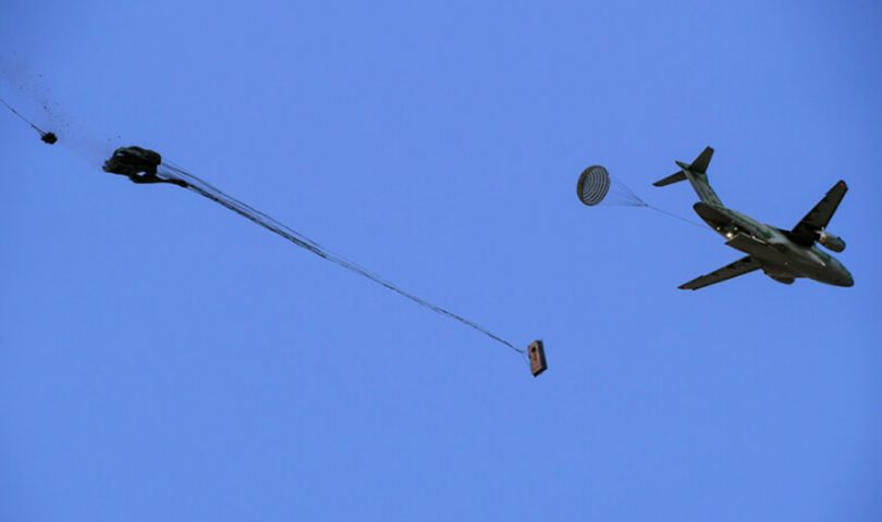 KC-390 en pruebas de lanzamiento de cargas