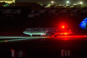 El MC-21-300 realiza un aterrizaje nocturno