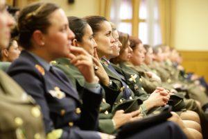 La ministra de Defensa clausura un acto de conmemoración por los 30 años de la incorporación de la mujer a la milicia