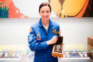 Breitlinghace entrega del reloj oficial a la primera mujer de la Patrulla Águila