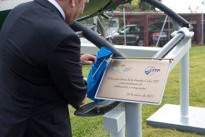 La Guardia Civil e ITP celebran su relación con un monumento al helicóptero BO-105