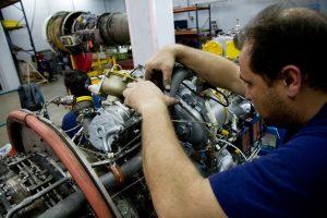 Air Nostrum busca ayudantes de mecánico de aviones